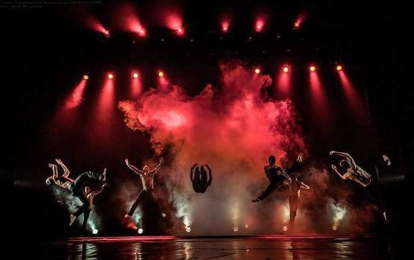 Шоу под дождем «Между мной и тобой»