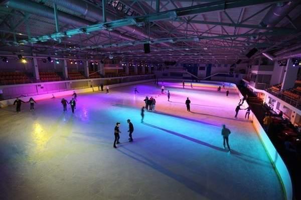 В «Юбилейном» открылся сезон ночных катаний на коньках